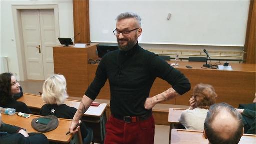 Přednáška Jana Vojtka přinesla celou řadu humorných momentů včetně pózování před kamerou